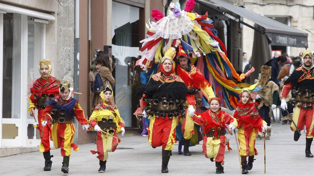 Volantes y peliqueiros desfilaron en Chantada antes de salir en Santiago de Arriba