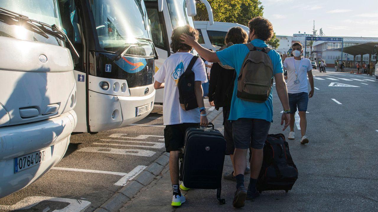 Estudiantes que se encontraban en cuarentena en Mallorca, a su llegada a la estación marítima para embarcar en el «barco burbuja» rumbo a Valencia