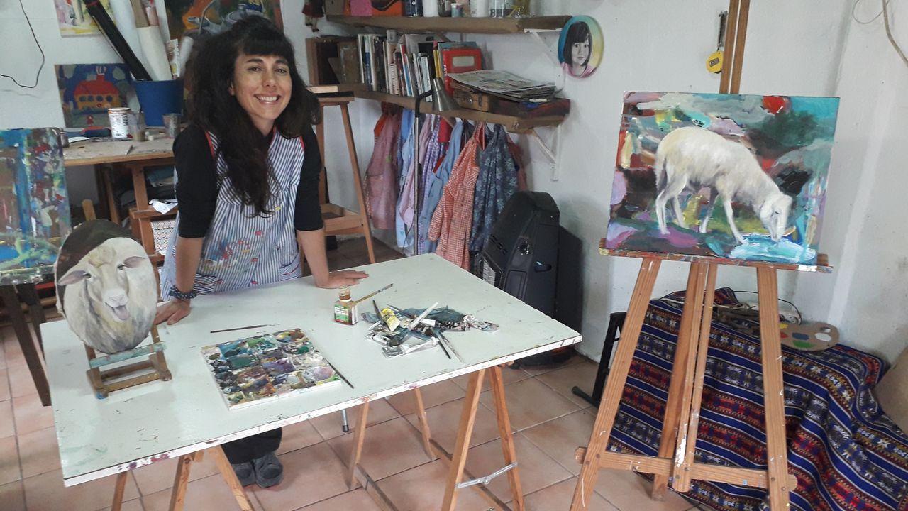 En la imagen, Sofia Piñeiro, retratada el pasado jueves en el taller de pintura de su casa de A Cabana