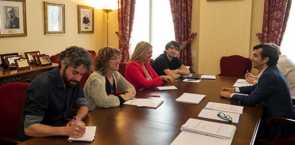 <span lang= es-es >El alcalde en funciones se reúne con los candidatos</span>. Iván Rivas, Ana Rodríguez Masafret, Beatriz Sestayo y Jorge Suárez pactaron con Rey Varela los detalles de la sesión constituyente.
