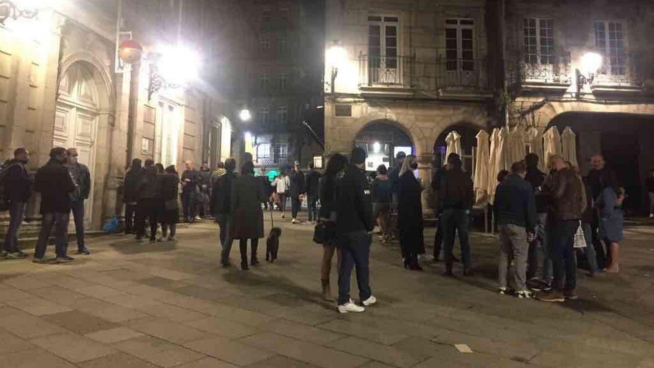 Gente bebiendo en la plaza de la Constitución de Vigo pasadas las 20.00 horas