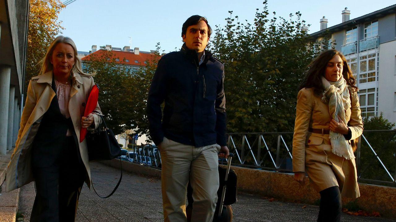 «Querían embarrancar el Prestige».El tren Transcantábrico a su paso por Luarca