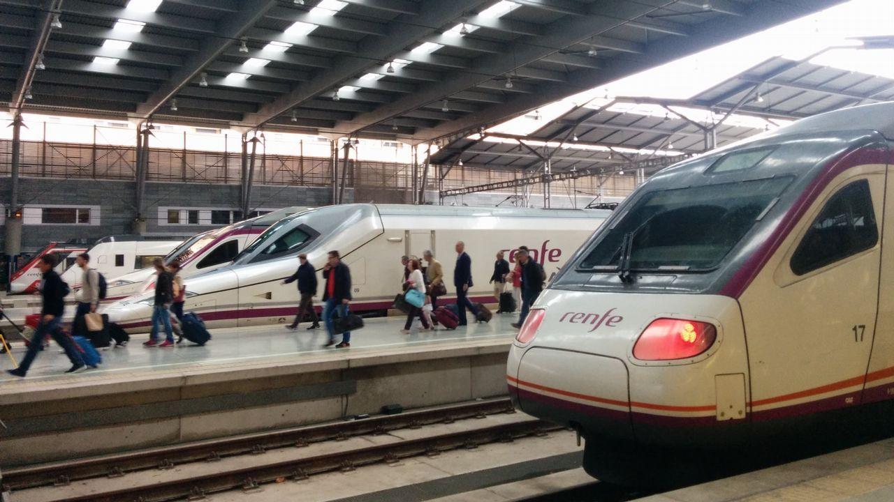 Huelga de trenes en Galicia.Estación de ferrocarril con varios trenes estacionados junto a los andenes