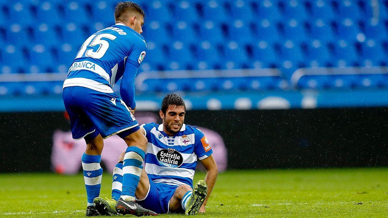 Afición del Real Oviedo celebrando el empate de Obeng en Riazor