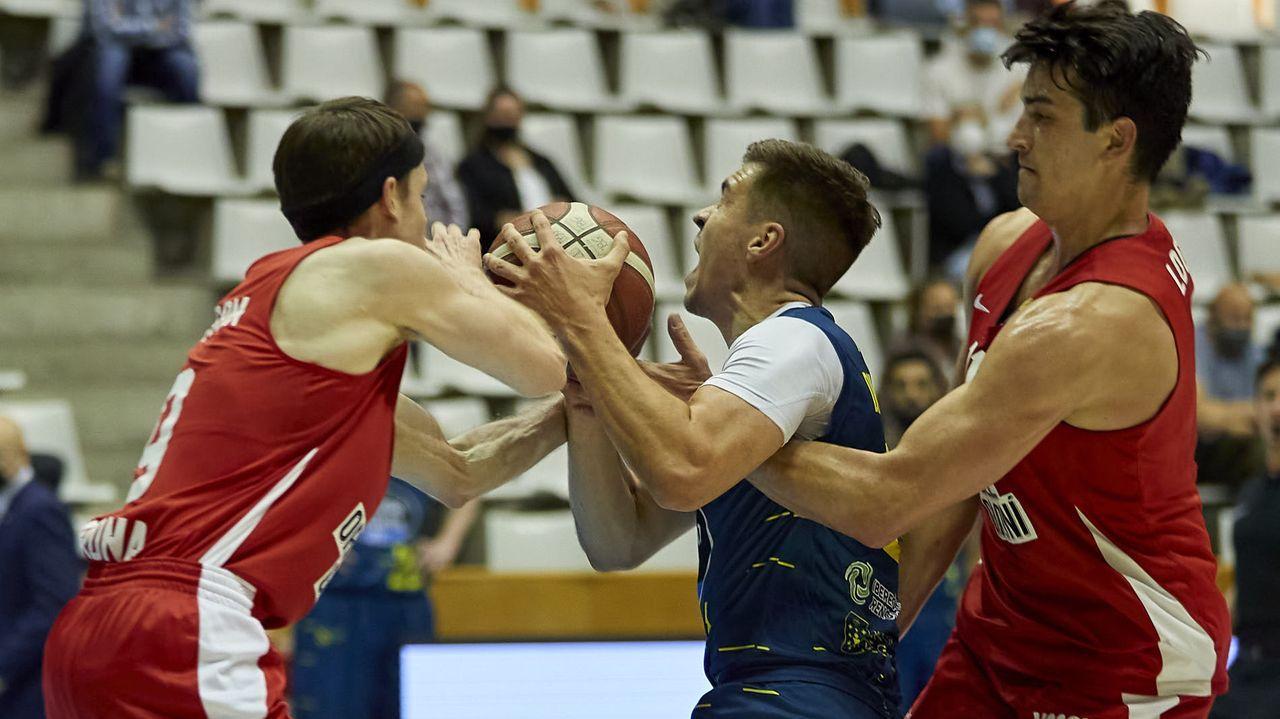 Club Ourense Baloncesto - Básquet Girona (73-71).Sangalli y Borja Valle luchan por un balón en el Oviedo-Ponferradina