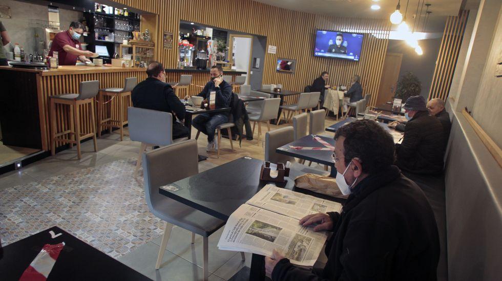 Clientes en un bar de Chantada el jueves pasado, el último día en que los hosteleros pudieron atender en el interior de sus locales