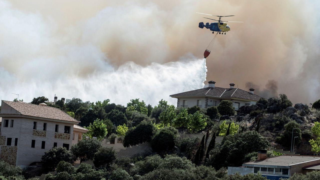 Imagen del incendio forestal declarado en el paraje denominado Cerro de los Palos y que ha obligado al desalojo de varias viviendas de urbanizaciones cercanas a Toledo