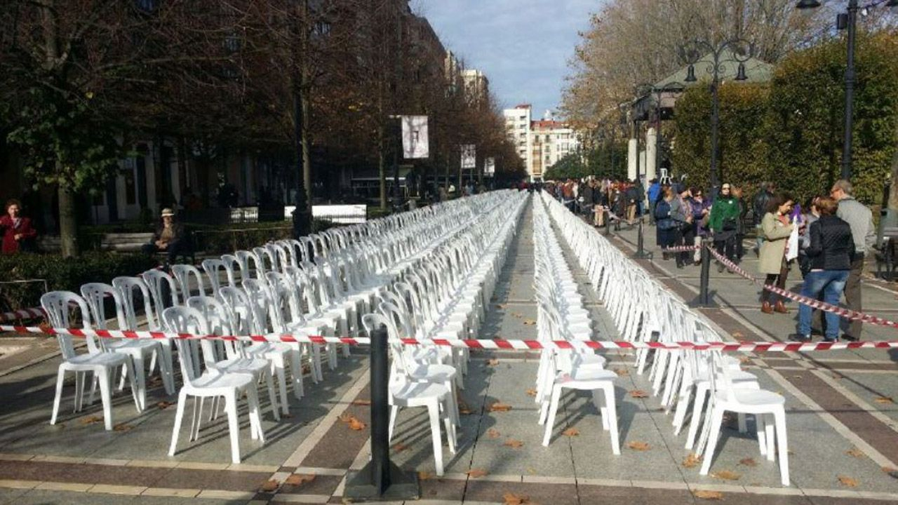 Mil sillas vacías instaladas en Gijón por las mujeres asesinadas por violencia machista desde 2003 (año en que comienzan los registros)