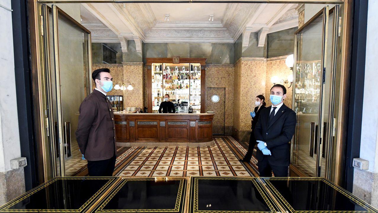 Empleados de un restaurante de la Galleria Vittorio Emanuele II, en Milán