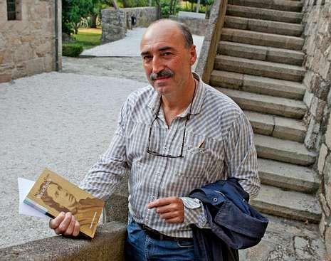 Lorenzo escribiu o libro por encargo da Fundación Rosalía.