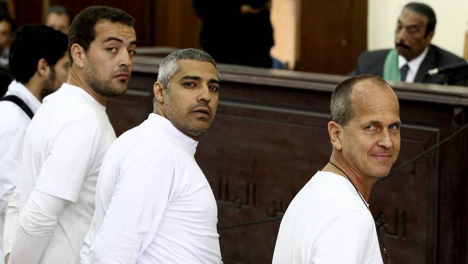 Los tres acusados, Peter Greste, Mohamed Fahmy y Baher Mahmoud, de derecha a izquierda