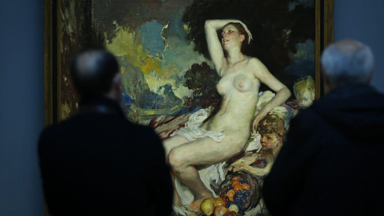 Dos visitantes observan «Ceres o desnudo», de Álvarez de Sotomayor