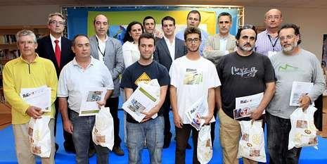 Los seis premiados, junto a los patrocinadores del certamen.