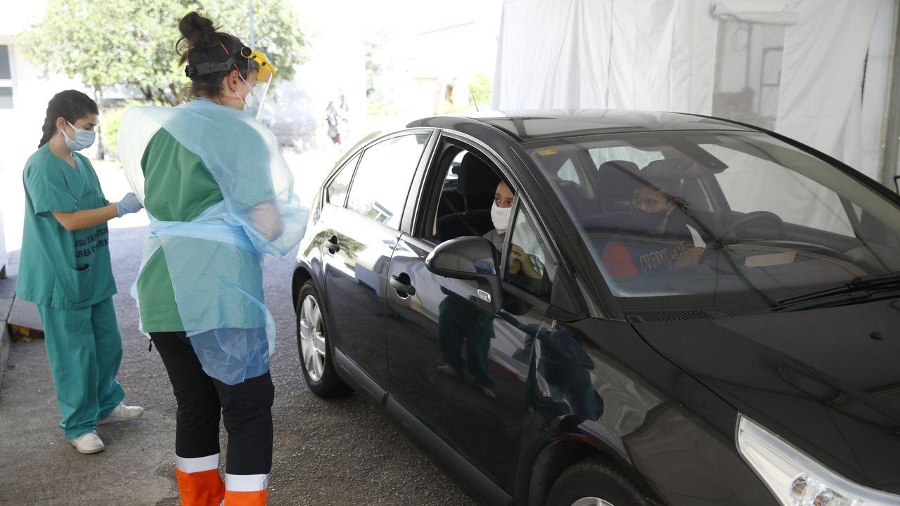 Retirada del coche de Manuel Rodríguez Eiroa en el puerto de Laxe.El personal de enfermería del hospital de Barbanza es el encargado de hacer los cribados