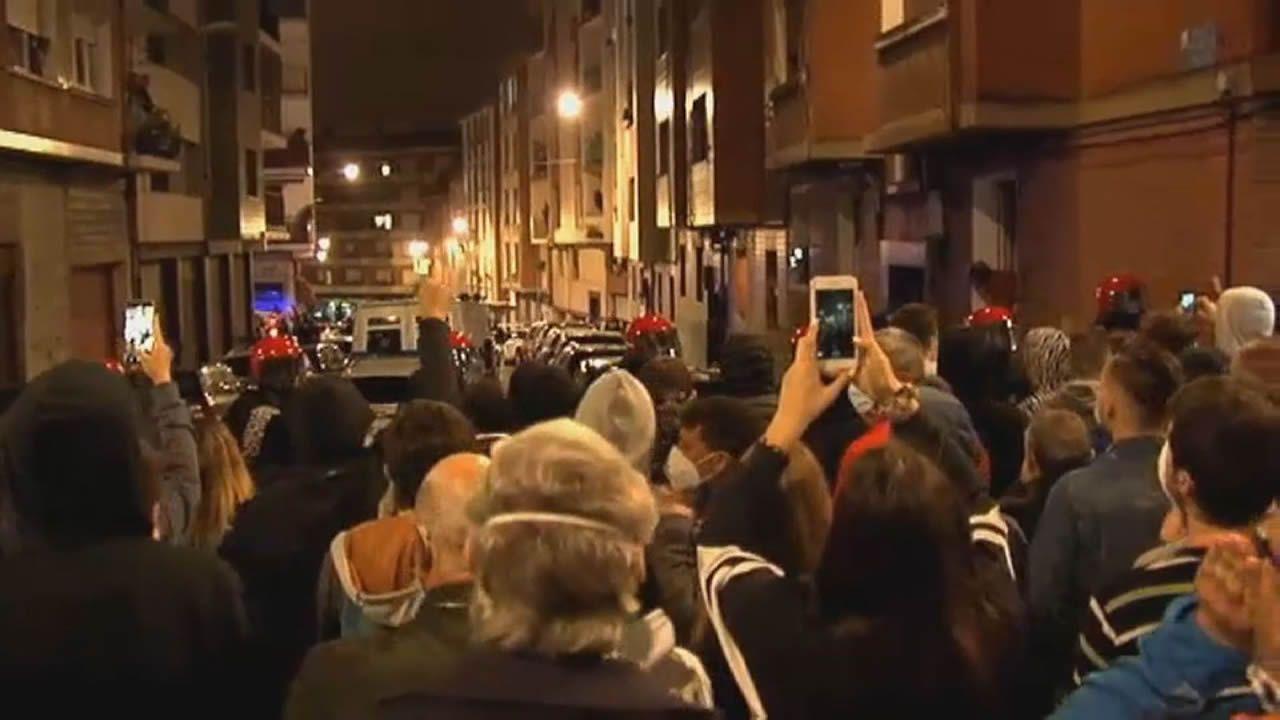 Vecinos del barrio de Repelega, en Portugalete, manifestándose contra los okupas y consiguiendo el segundo desalojo en dos días de una vivienda allanada esta semana