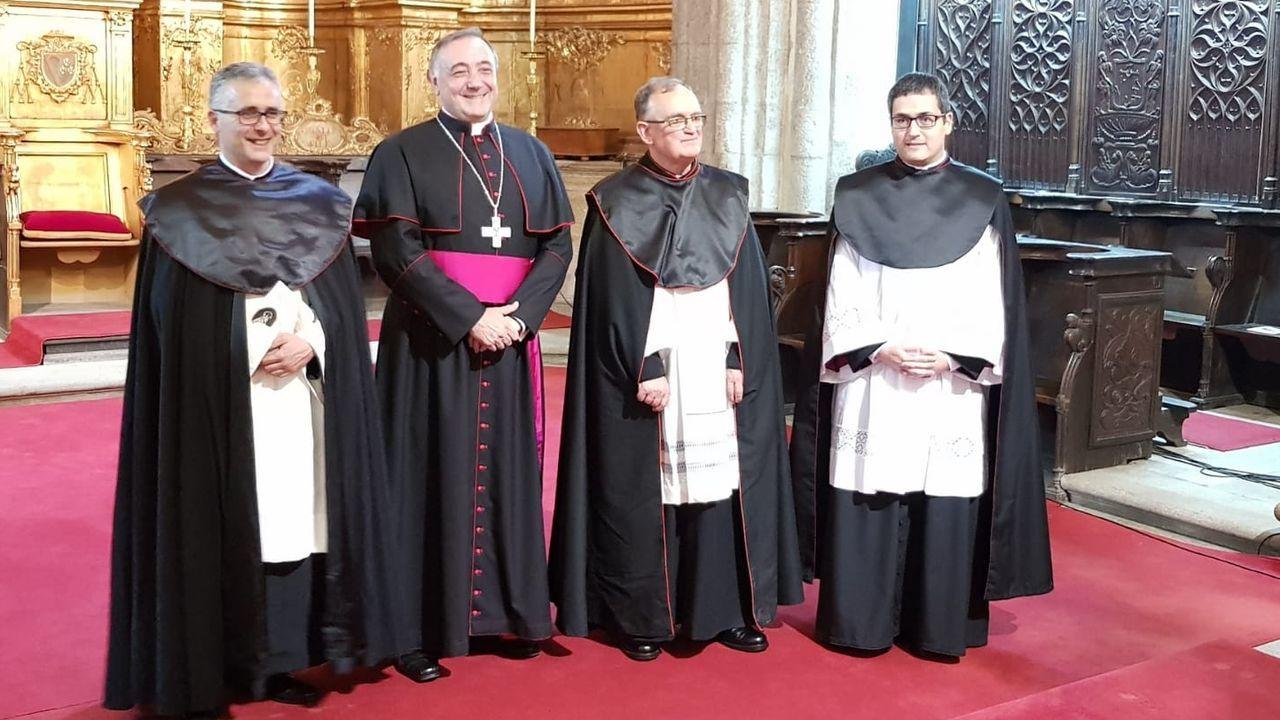 Valín (primero por la izquierda, al lado del obispo Luis Ángel de las Heras) en su toma de posesión como canónigo de la catedral de Mondoñedo