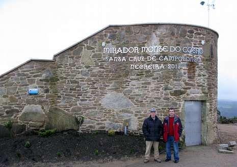 José Carballo, con gorra, y José Freire ante el mirador.