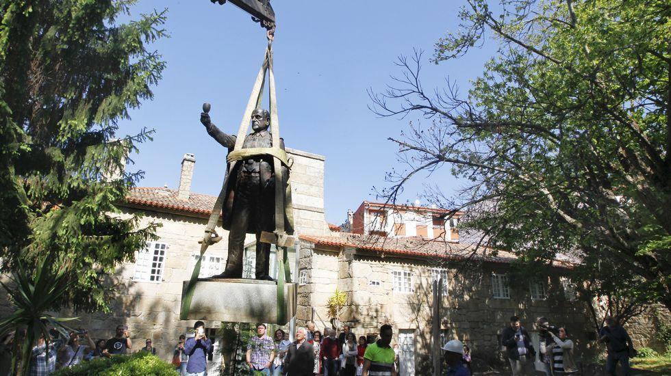 Retiran la estatua de Manuel Fraga de los jardines de Torrado de Cambados