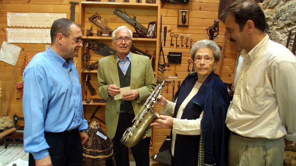 La vivienda de Vila de Cruces de Neira Vilas se convirtió en sede de la fundación y museo. En la imagen, en el 2002 cuando la asociación Monte Branco entregaba un saxofón para el museo