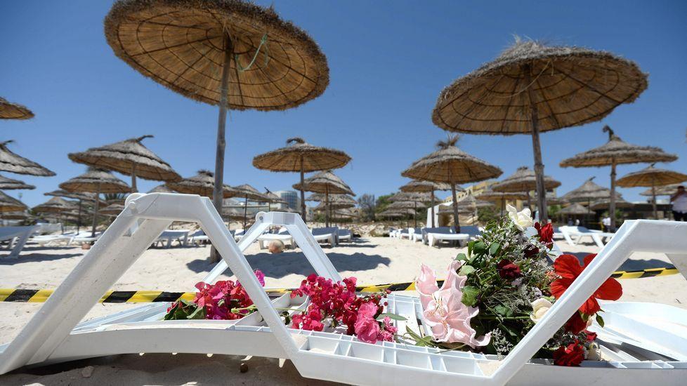 El terrorista fue grabado entrando en la playa en Túnez.Policía vigilando la playa de un hotel en Túnez