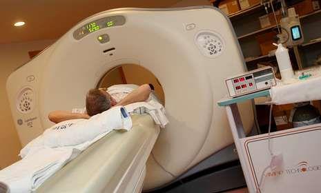 Un paciente sometiéndose a una Tomografía Axial Computarizada (TAC)