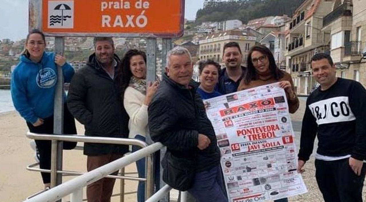 La comisión de festejos, con el cartel de las celebraciones de este año, que se mantendrá en el 2021