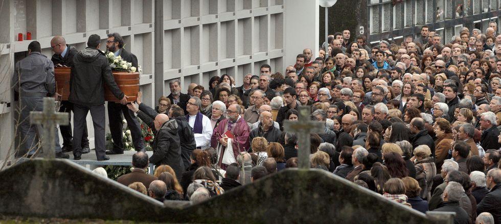 El último adiós al patrón del barco bateeiro siniestrado congregó a una multitud en el cementerio de Vista Alegre.