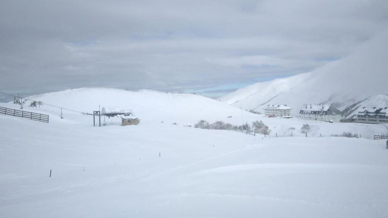 La estación de esquí de Pajares cubierta de nieve y hielo