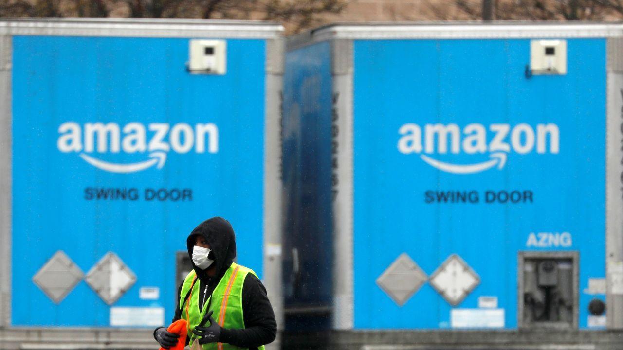 Trabajadores de Amazon procesando pedidos en el centro logístico de Barcelona