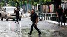 Integrantes del Cuerpo de Investigaciones Científicas, Penales y Forenses toman posición en un operativo para capturar a miembros de la banda criminal del Koki que intentan huir en Caracas