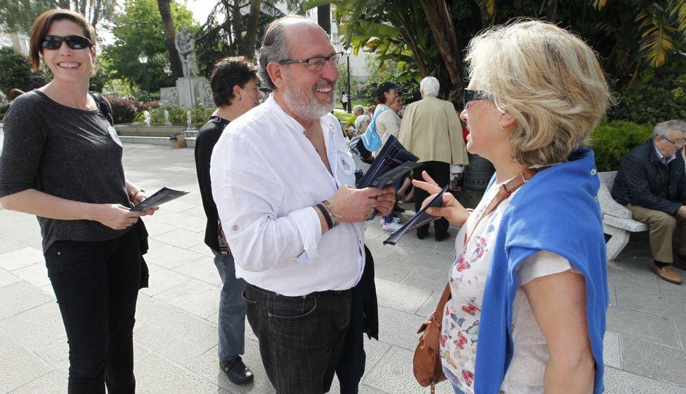 Serafín Otero y otros candidatos del BNG repartieron ayer propaganda en la plaza de América.