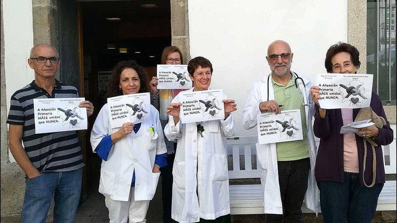 Los médicos se concentran cada jueves delante de sus centros de salud (en la imagen, Casco Vello).
