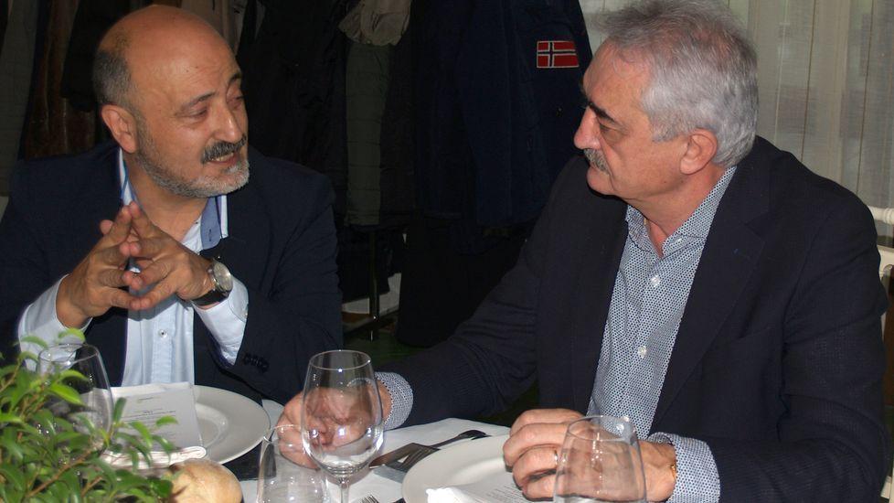 El presidente de la Confederación Hidrográfica del Miño-Sil, José Antonio Quiroga (izquierda), charla con el alcalde de Chantada, Manuel Varela