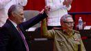 Raúl Castro levanta el brazo de Díaz-Canel