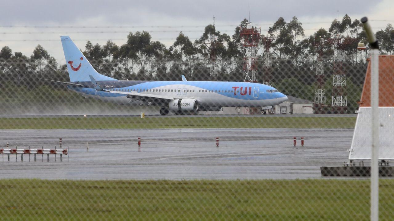 Un avión en la pista de aterrizaje del aeropuerto de Santiago-Rosalía de Castro