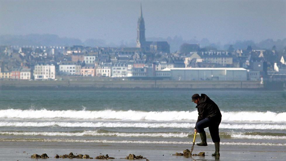Cientos de curiosos se aceraron al pseo marítimo de Saint Malo para ver la marea del siglo.