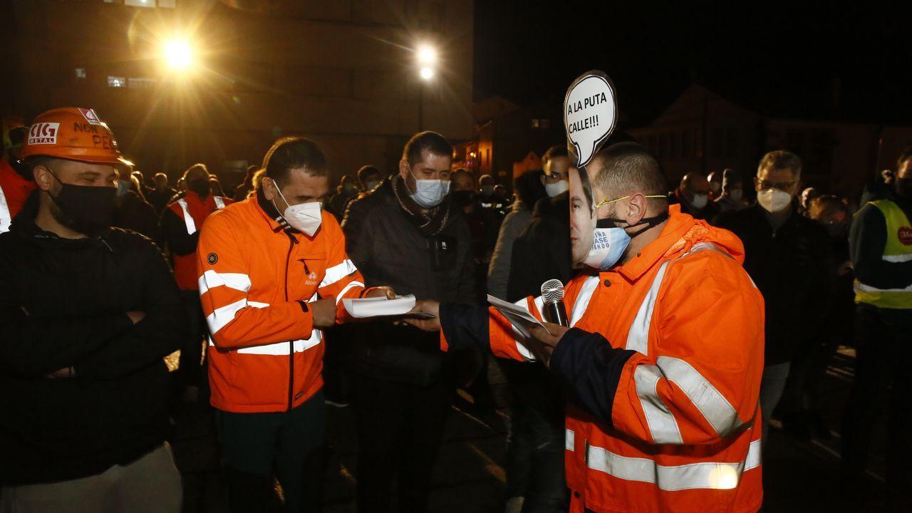 Celebrando la anulación del ERE. Alcoa.Trabajadores de Alcoa se calientan mientras hacen guardia en el exterior de la fábrica, que está en huelga desde hace dos meses