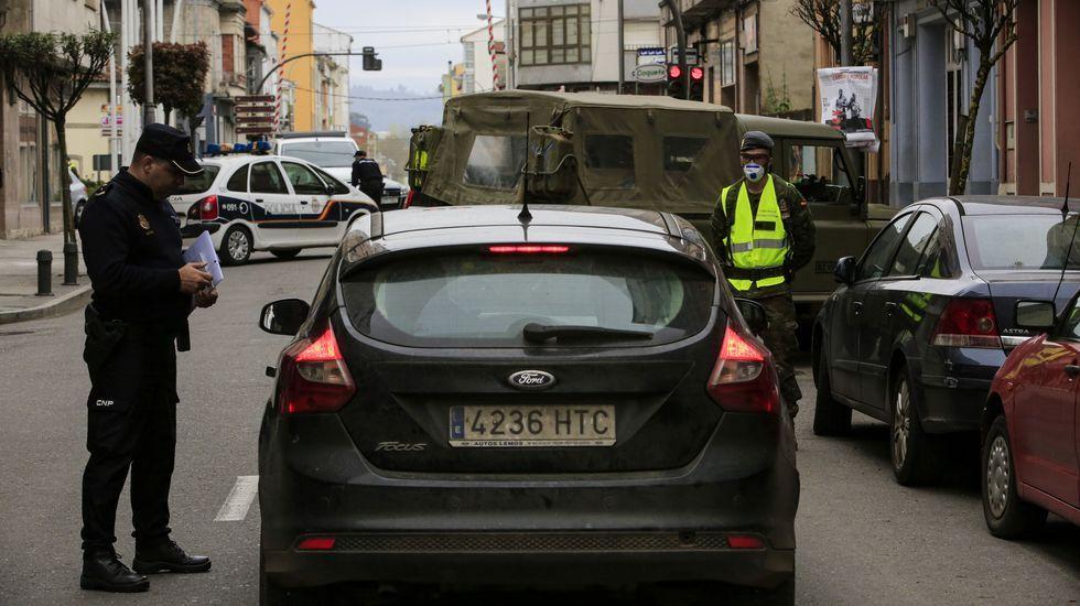 Los héroes del Covid-19 detrás del mostrador.Efectivos del Ejército de Tierra realizan labores de desinfección este viernes en el Aeropuerto de Asturias.
