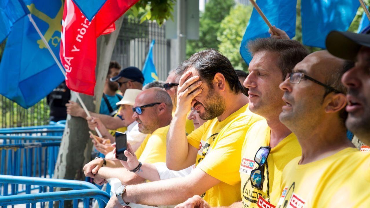 Trabajadores de Alcoa cortaron la avenida frente a la plantacoruñesa en protesta por la decisión de lafirma.Casi medio millar de personas, entre ellas trabajadores de Alcoa, han recorrido la distancia entre el estadio Santiago Bernabéu y el Ministerio de Industria, Comercio y Turismo en un manifestación