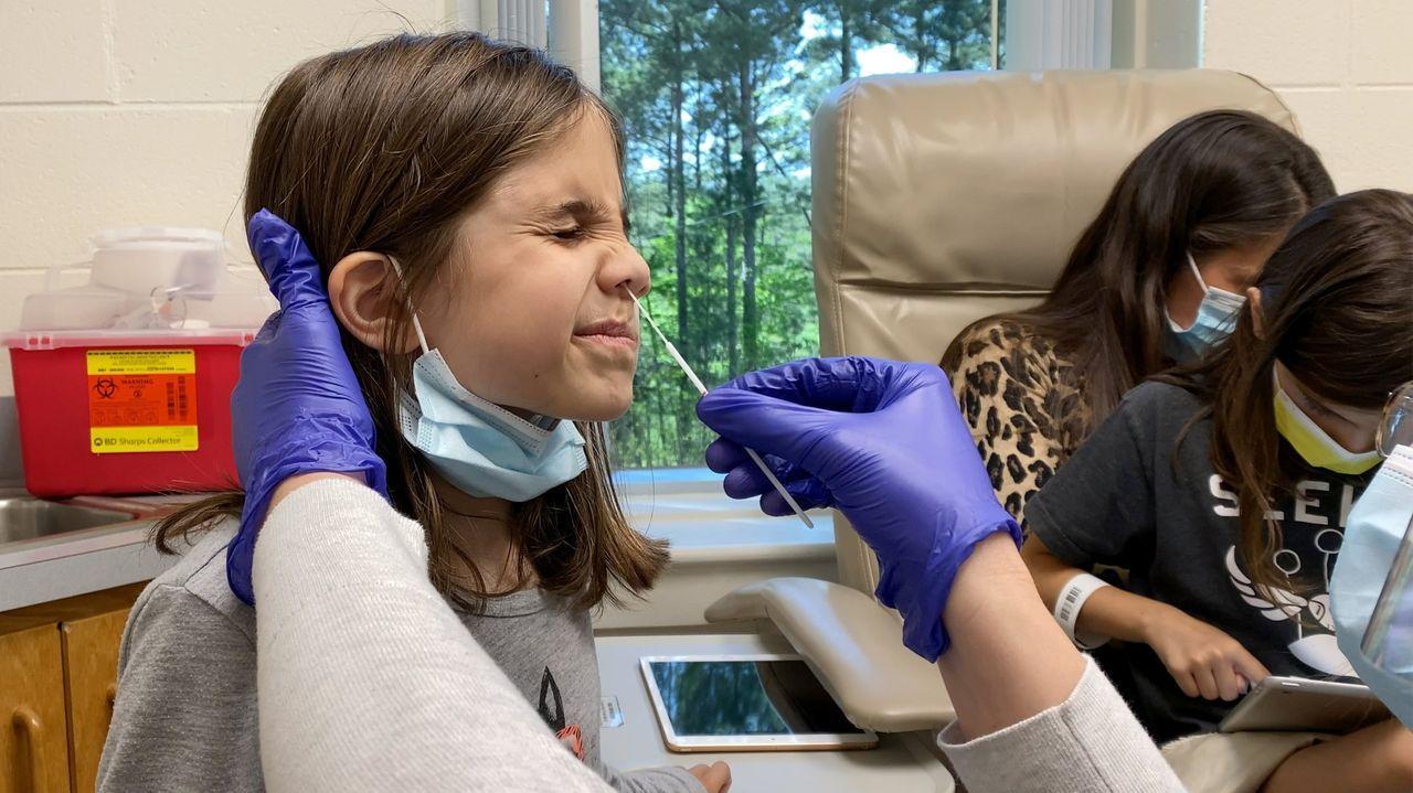 Una niña de 9 años de Carolina del Norte (EE.UU.) se prepara para recibir la segunda dosis de la vacuna de Pfizer en un ensayo clínico
