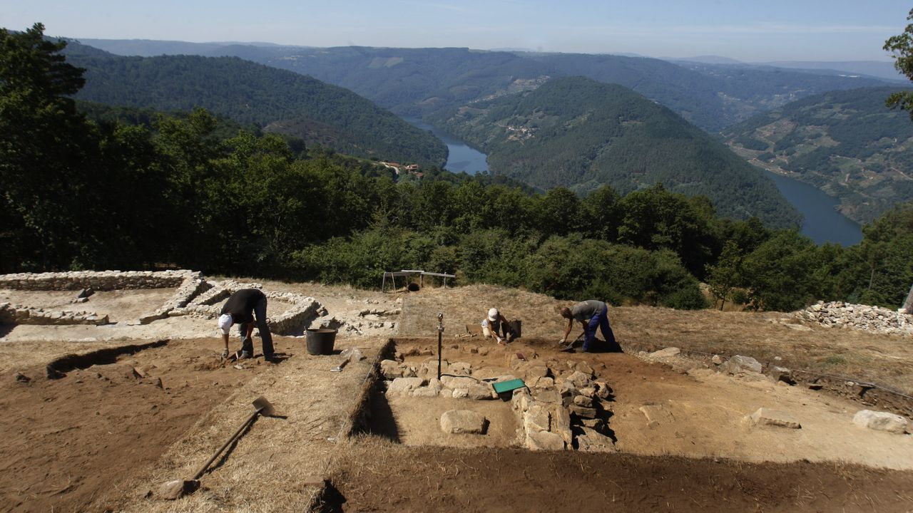 Excavaciones en el castro de Arxeriz, en O Saviñao, uno de los yacimientos arqueológicos investigados los Luis Francisco López
