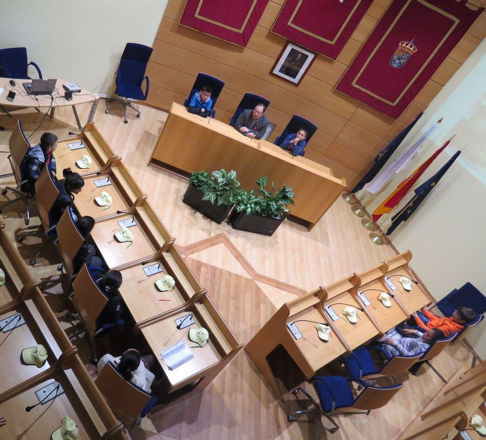 El alcalde recibió en el salón de plenos a los alumnos.