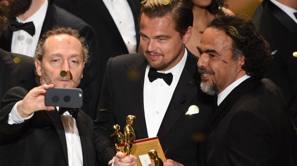 El director de imagen, Emmanuel Lubezki, se hace un selfie junto a Leonardo DiCaprio y Alejandro González Iñárritu.