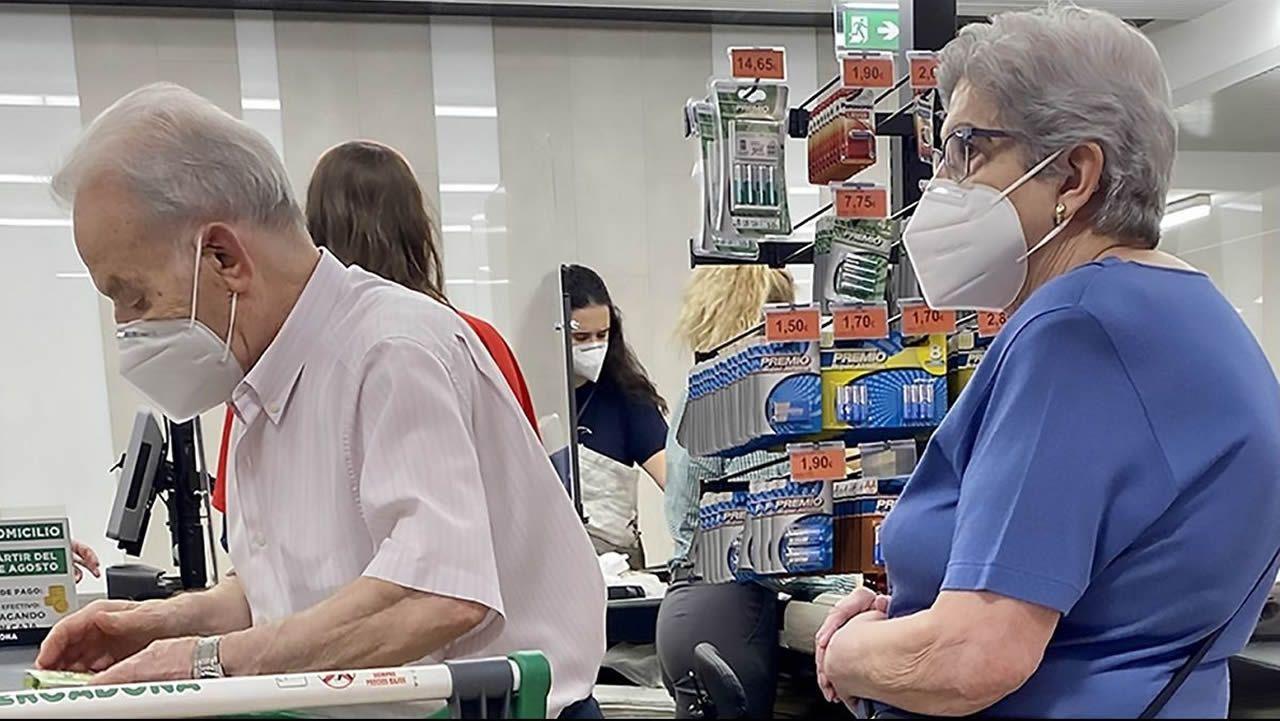 Colas para vacunarse contra el covid en Pontevedra.Acceso al hospital Montecelo, en Pontevedra