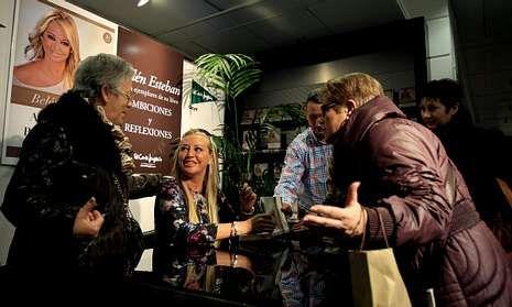 Reto del cubo helado desde Meirás.Belén Esteban firma ejemplares de su libro durante un acto de presentación en Madrid.