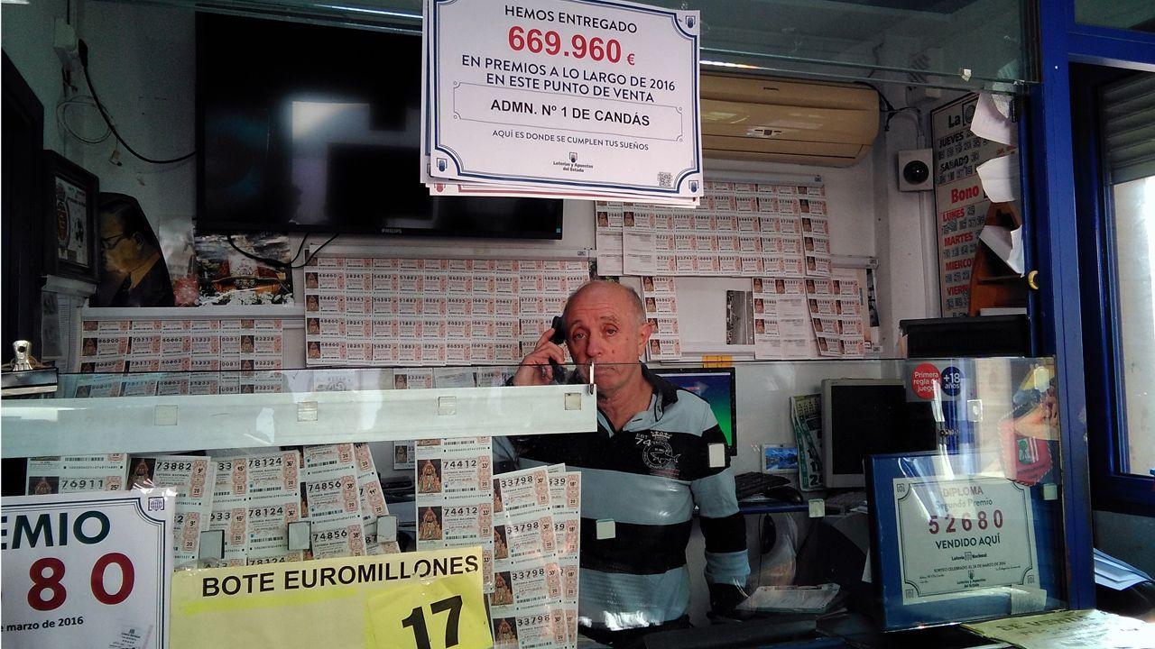 El lotero de Candás, Helio García, repartió 34 millones de euros con la lotería de Navidad.El lotero de Candás, Helio García, repartió 34 millones de euros con la lotería de Navidad