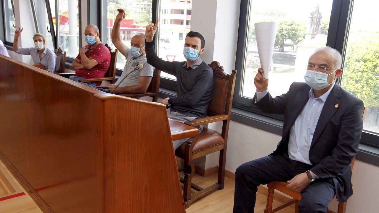 El socialista Alberto García, a la derecha, recuperó la alcaldía de Catoira, que había perdido tras las elecciones