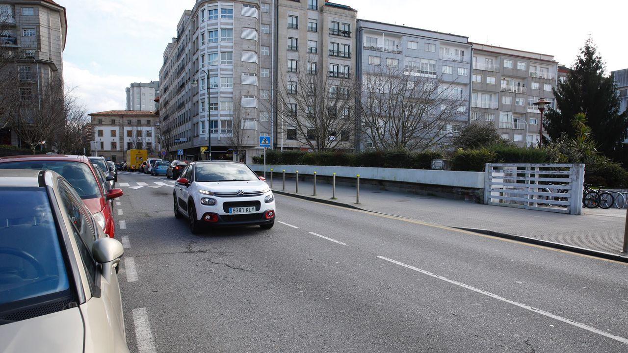 El Porsche Cayenne se despeñó el míercoles por una ladera del parador de Baiona. Sus dos ocupantes sobrevivieron al accidente