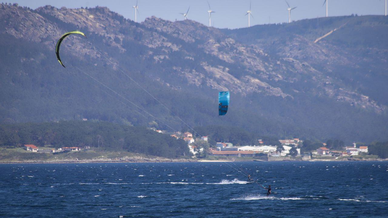 Jóvenes practicando kite surf en la playa de Aguieira, en Porto do Son