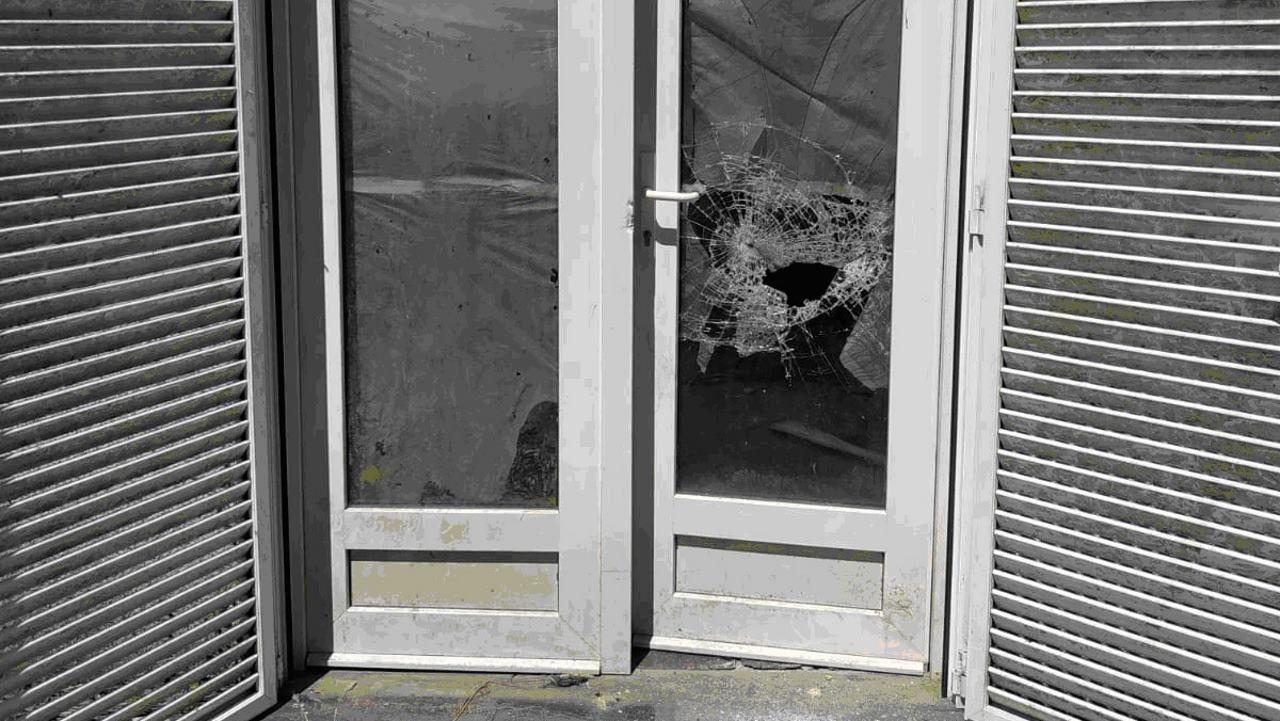 Puerta forzada de una vivienda en la parroquia de Cuiña, en Lugo